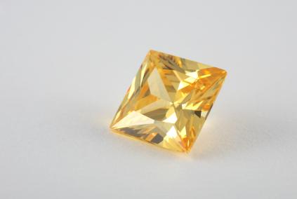 gelber Diamant in Prinzessschliff